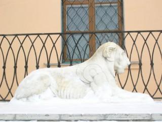 Усадьба Дубровицы. Лев у главного входа в усадьбу.